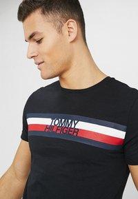 Tommy Hilfiger - LOGO TEE - T-shirt imprimé - black - 3