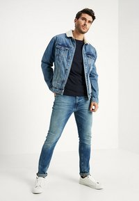 Tommy Hilfiger - LOGO LONG SLEEVE TEE - T-shirt à manches longues - blue - 1