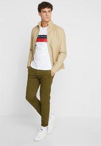 Tommy Hilfiger - LOGO BAND TEE - Print T-shirt - white - 1