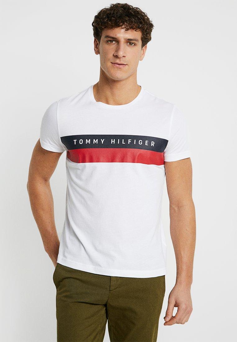 Tommy Hilfiger LOGO BAND TEE - T-shirt z nadrukiem - white