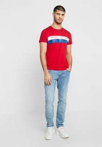 Tommy Hilfiger - LOGO BAND TEE - T-shirt med print - red - 1