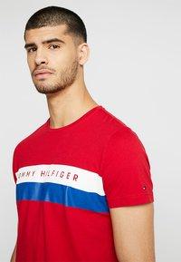 Tommy Hilfiger - LOGO BAND TEE - T-shirt med print - red - 4