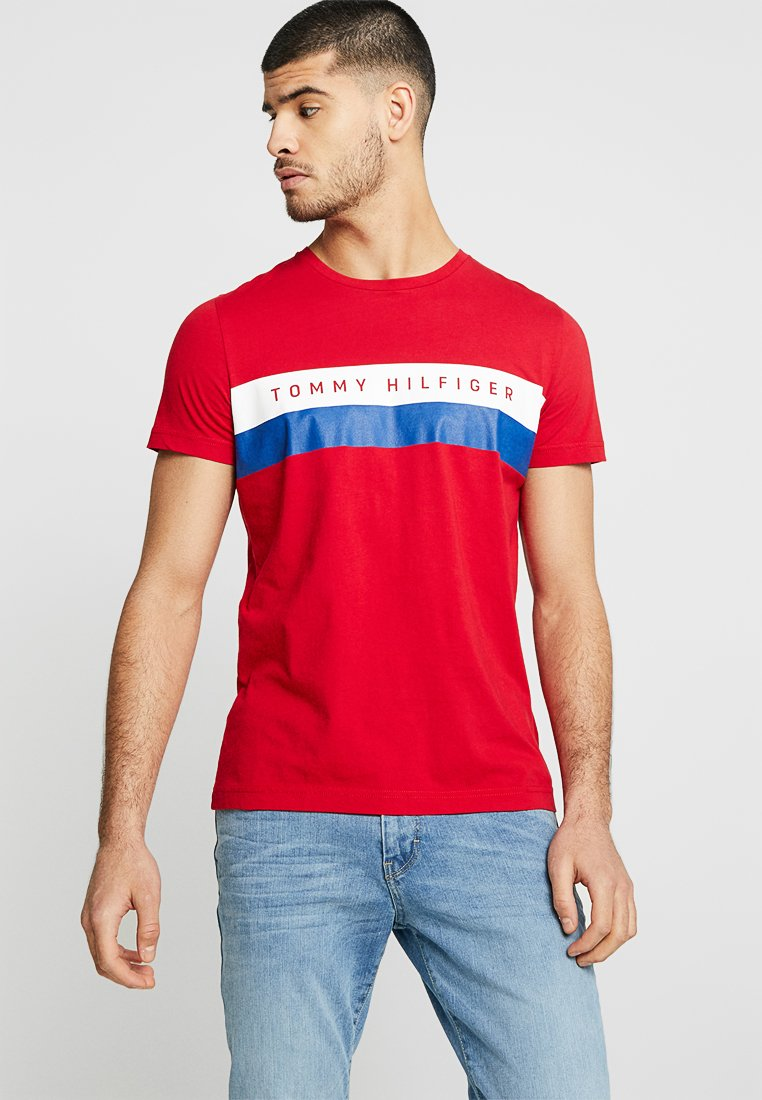 Tommy Hilfiger - LOGO BAND TEE - T-shirt med print - red