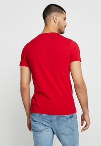 Tommy Hilfiger - LOGO BAND TEE - T-shirt med print - red - 2