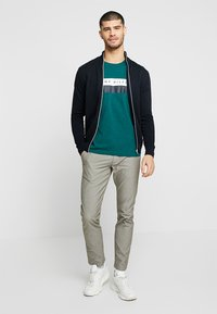Tommy Hilfiger - LOGO BAND TEE - T-shirt con stampa - green - 1