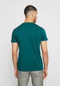 Tommy Hilfiger - LOGO BAND TEE - T-shirt con stampa - green - 2