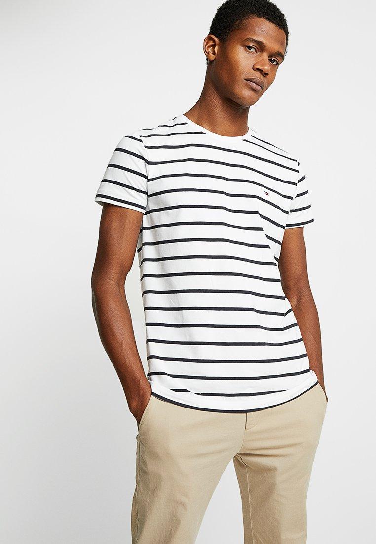 Tommy Hilfiger - SLIM FIT TEE - Camiseta estampada - white
