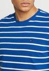 Tommy Hilfiger - SLIM FIT TEE - Camiseta estampada - blue