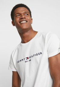 Tommy Hilfiger - LOGO TEE - T-shirt con stampa - white - 3