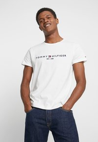 Tommy Hilfiger - LOGO TEE - T-shirt con stampa - white - 0