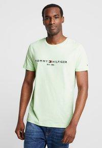 Tommy Hilfiger - LOGO TEE - T-shirts med print - green - 0