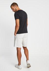 Tommy Hilfiger - ESSENTIAL TEE - Camiseta estampada - black - 2