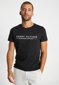 Tommy Hilfiger - ESSENTIAL TEE - Camiseta estampada - black - 0