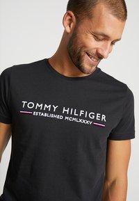 Tommy Hilfiger - ESSENTIAL TEE - T-shirt print - black - 3