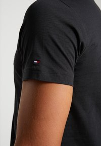 Tommy Hilfiger - ESSENTIAL TEE - T-shirt print - black - 5