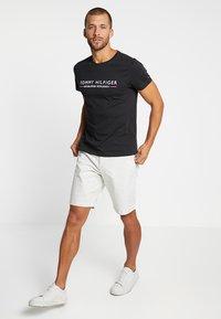 Tommy Hilfiger - ESSENTIAL TEE - Camiseta estampada - black - 1