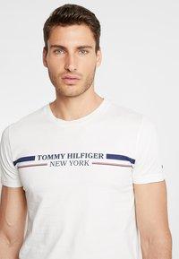 Tommy Hilfiger - YACHT STRIPE TEE - Triko spotiskem - white - 4
