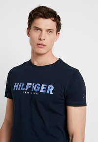 Tommy Hilfiger - APPLIQUE TEE - T-shirt con stampa - blue - 3