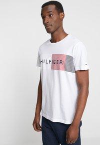 Tommy Hilfiger - CORP MERGE TEE - Camiseta estampada - white - 0