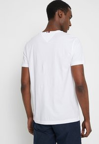 Tommy Hilfiger - CORP MERGE TEE - Camiseta estampada - white - 2