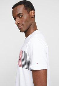 Tommy Hilfiger - CORP MERGE TEE - Camiseta estampada - white - 3