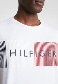 Tommy Hilfiger - CORP MERGE TEE - Camiseta estampada - white - 5