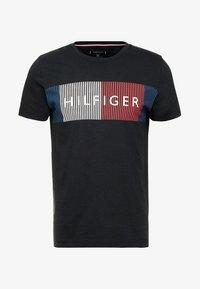 Tommy Hilfiger - CORP MERGE TEE - T-shirt z nadrukiem - black - 3