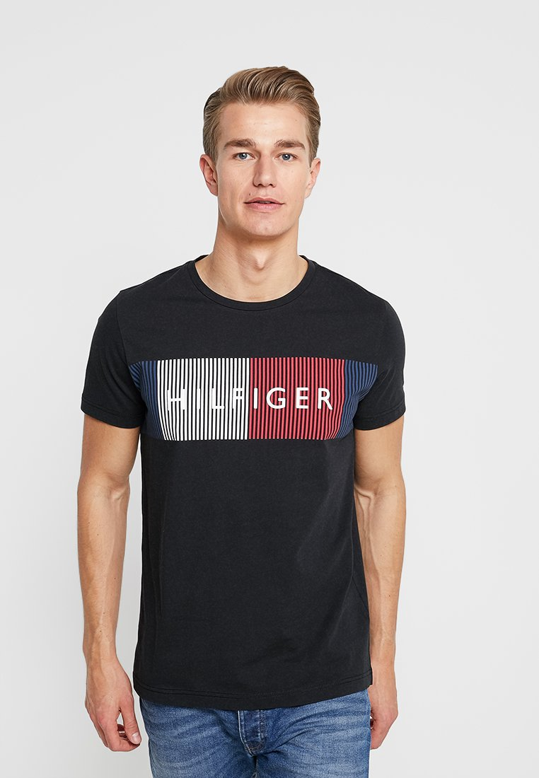Tommy Hilfiger - CORP MERGE TEE - T-shirt z nadrukiem - black
