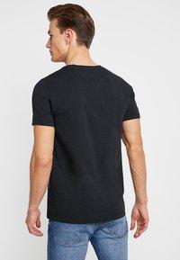 Tommy Hilfiger - CORP MERGE TEE - T-shirts med print - black - 2