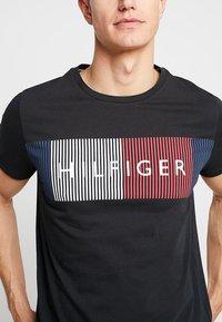 Tommy Hilfiger - CORP MERGE TEE - T-shirts med print - black - 4