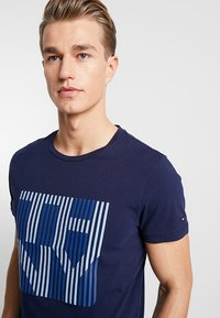 Tommy Hilfiger - STRIPE TEE - Printtipaita - blue - 4