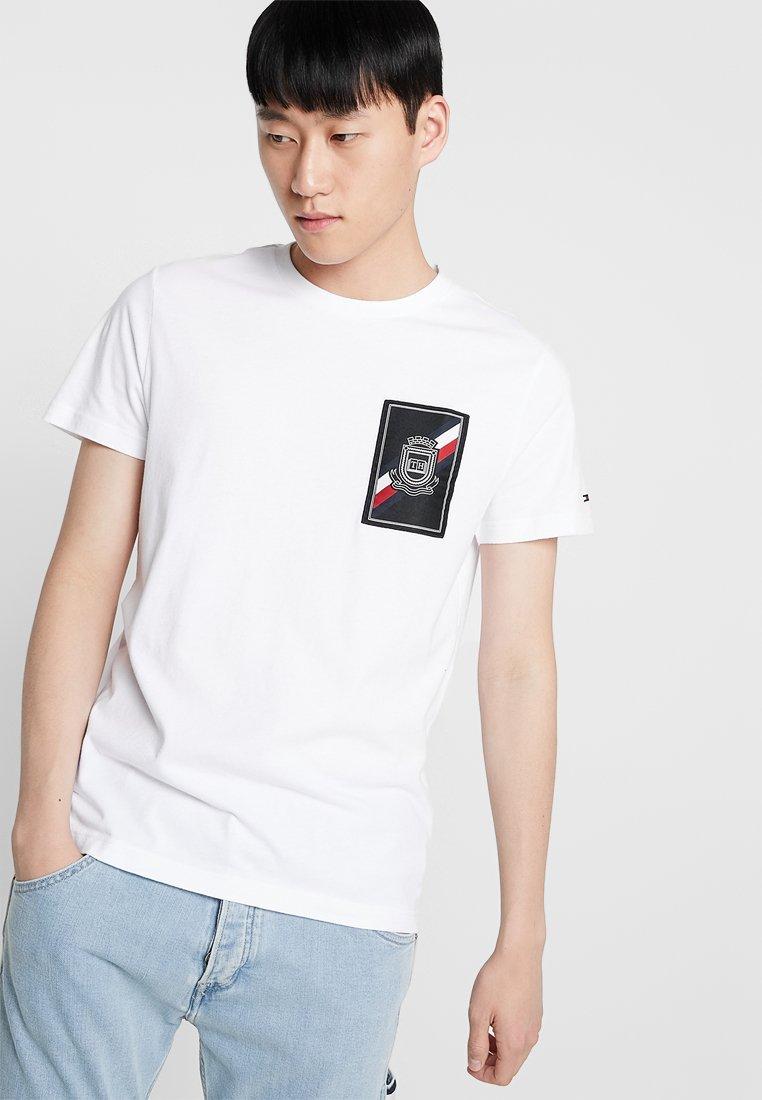 Tommy Hilfiger - CREST LABEL TEE - T-shirts med print - white