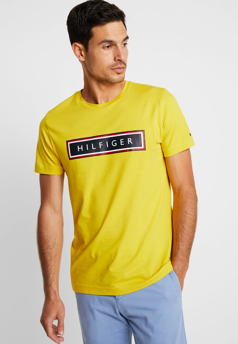 Tommy Hilfiger - CORP FRAME TEE - Camiseta estampada - yellow