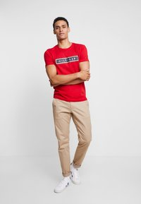 Tommy Hilfiger - CORP FRAME TEE - T-shirt con stampa - red - 1