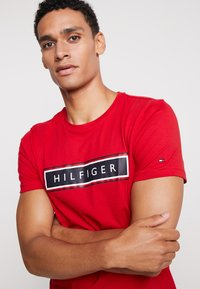 Tommy Hilfiger - CORP FRAME TEE - T-shirt con stampa - red - 5