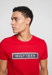 Tommy Hilfiger - CORP FRAME TEE - T-shirt con stampa - red - 3