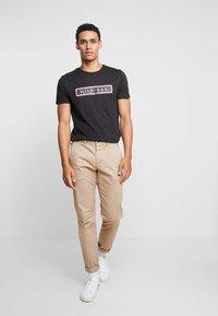 Tommy Hilfiger - CORP FRAME TEE - T-shirt print - black - 1
