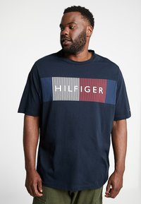Tommy Hilfiger - CORP MERGE TEE - T-shirts med print - blue - 0