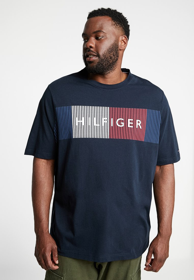 Tommy Hilfiger - CORP MERGE TEE - T-shirts med print - blue
