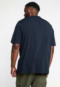 Tommy Hilfiger - CORP MERGE TEE - T-shirts med print - blue - 2