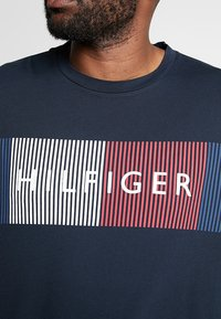Tommy Hilfiger - CORP MERGE TEE - T-shirts med print - blue - 4