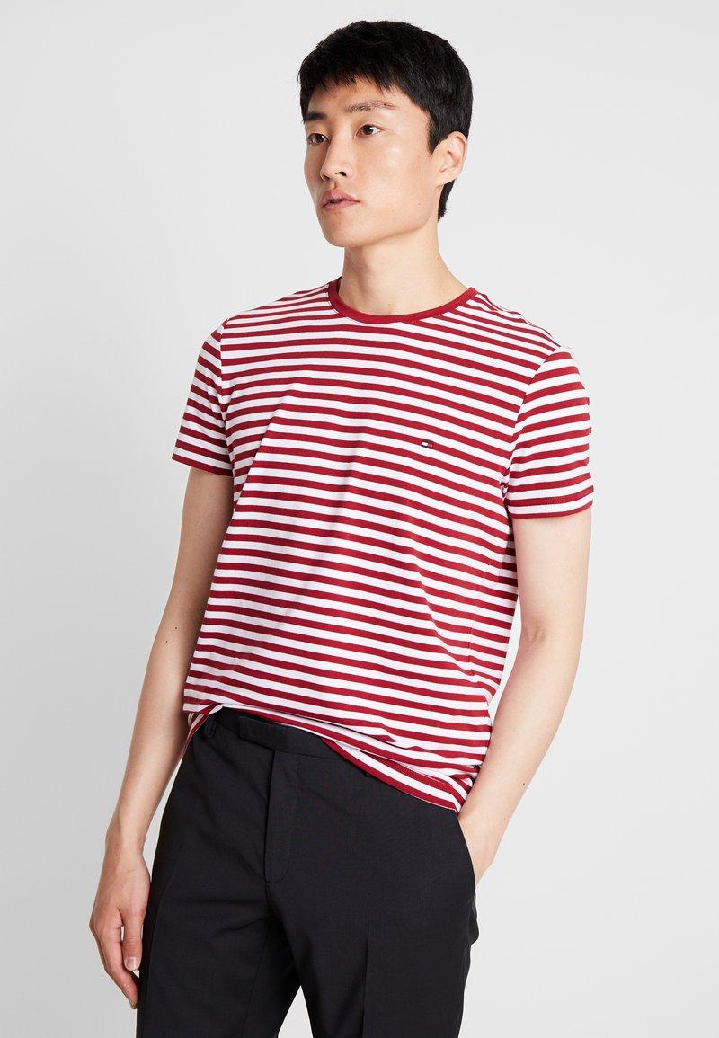 Tommy Hilfiger - STRETCH SLIM FIT TEE - T-shirt con stampa - rhubarb/bright white