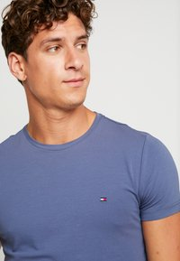Tommy Hilfiger - SLIM FIT TEE - Camiseta básica - blue - 4