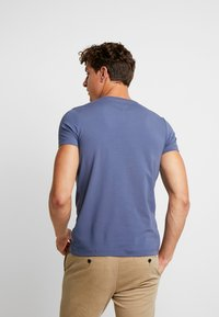 Tommy Hilfiger - SLIM FIT TEE - Camiseta básica - blue - 2