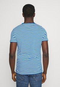 Tommy Hilfiger - STRETCH SLIM FIT TEE - T-shirt print - blue - 2