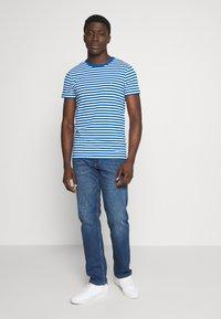 Tommy Hilfiger - STRETCH SLIM FIT TEE - T-shirt print - blue - 1