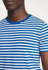 Tommy Hilfiger - STRETCH SLIM FIT TEE - T-shirt print - blue - 6