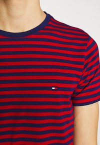 Tommy Hilfiger - STRETCH SLIM FIT TEE - T-shirt con stampa - red - 4