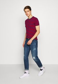Tommy Hilfiger - STRETCH SLIM FIT TEE - T-shirt con stampa - red - 1