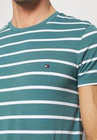 Tommy Hilfiger - STRETCH SLIM FIT TEE - T-shirts med print - green - 5